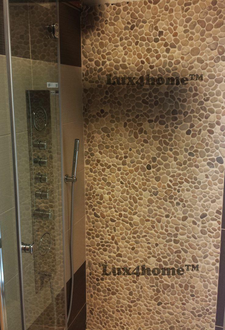 Otoczaki na siatce. Beżowe otoczaki w prysznicu. Prysznic i ściana z otoczaków Maluku Tan 30x30 Lux4home™ - idealne zazębianie się plastrów...