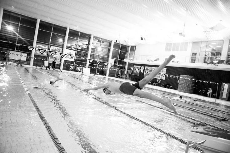 """Avslutar ett större fotoprojekt jag blev anlitad för i december som bland annat innehöll att fotografera """"barn och ungdomar som idrottar"""". Tog chansen att fotografera simmare som den gamla kakelräknare jag är och tackar Upplands Väsby Triatletklubb för att jag fick hänga med på er träning!  #tri4fun #tri4funsweden #triathlontraining #vsstri #lifestylephotography #swimmer #swimming #frilans #frilansfotograf #vscocam #vsco_sweden #swimbikerun #tyngre #stark #cfswe #träning"""