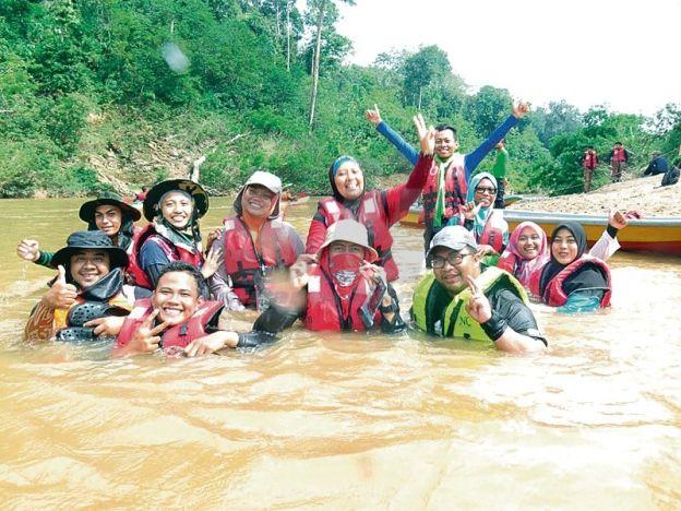 Potensi komersial Sungai Lebir   Peserta turut menikmati kesejukan air Sungai Lebir.  GUA MUSANG - Sungai Lebir di daerah ini dilihat berpotensi dijadikan kawasan rekreasi baharu sekali gus diwartakan sebagai tapak warisan negara. Ia diakui selepas program Ekspedisi Sungai Lebir pada 2 hingga 5 Mac lalu anjuran Unit Inisiatif Kelestarian Fakulti Sains Bumi Universiti Malaysia Kelantan (UMK). Pensyarah kanan Fakulti Sains Bumi Dr Noor Janatun Naim Jemali berkata ekspedisi tersebut merupakan…