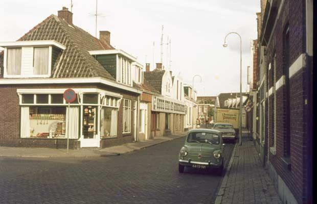 15932 1976. Tuinstraat hoek Sligtestraat, met de kruidenierswinkel van Heidstra.  Daarnaast 'Toon aan de Tuinstraat', de meubelzaak van Groothuis.