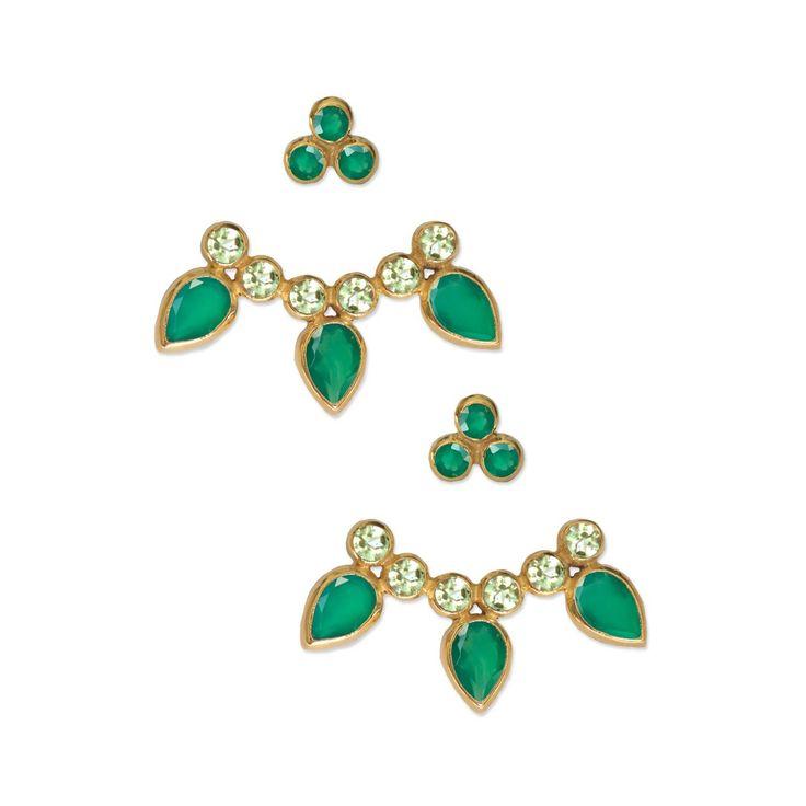 Pendientes de dos piezas con piedras de ónix verde y peridotos. Bañados en oro 18k. Estos pendientes se venden como pares.