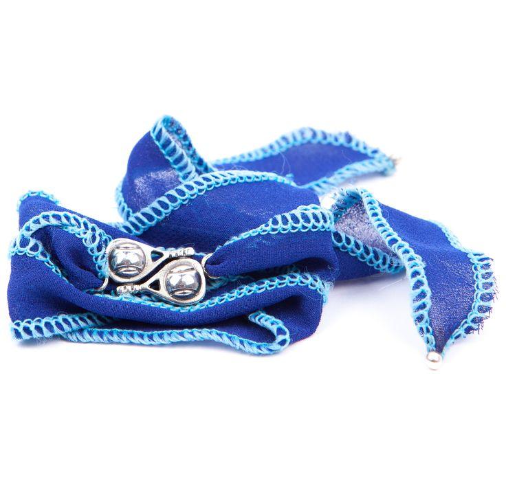 Pulsera Dormilona. Pulsera de seda tailandesa y doble pala de pádel en plata envejecida, ribeteada en color azul con los bordes celestes.