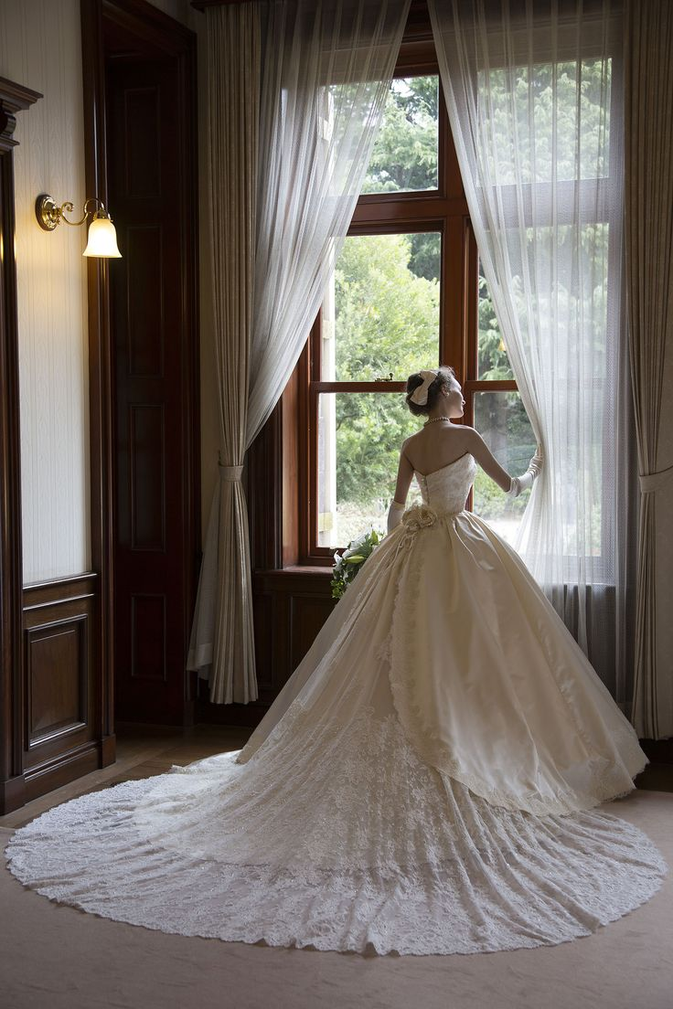 世界で1着、シルクサテンとビージングレースのウェディングドレス