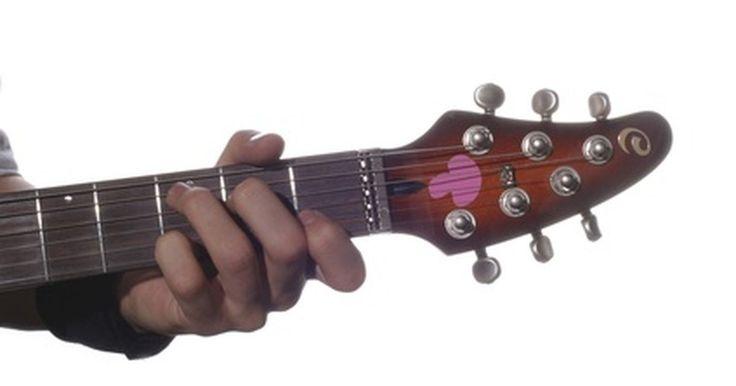 """Cómo escribir tus propias canciones utilizando acordes de guitarra simples. Puedes utilizar acordes de guitarra simples para componer tus propias canciones. Escribir tu propio material es una forma divertida y recompensante de mejorar tus habilidades musicales. Algunas de las canciones más populares fueron escritas utilizando acordes simples. Por ejemplo, """"Wild Thing"""" de los Troggs, utiliza tres simples acordes abiertos. ..."""