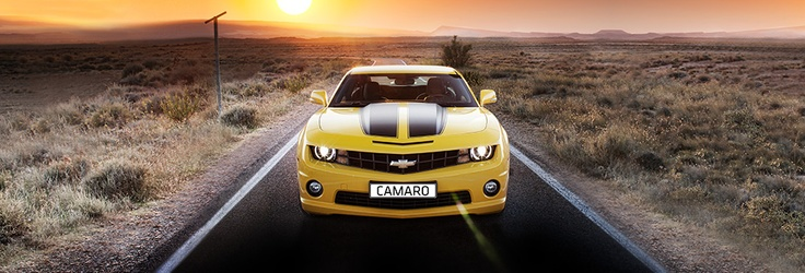 La Chevrolet Camaro in Premium Rally Yellow e strisce nere.