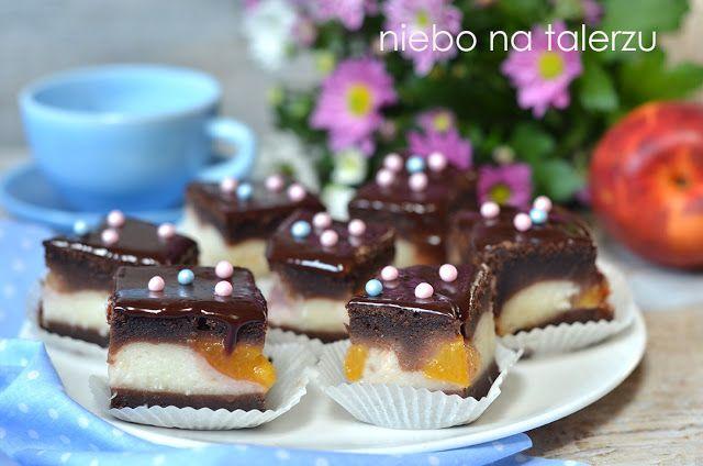 Łatwe ciasto z brzoskwiniami , ciasto, które można wymieszać łyżką, bez użycia miksera a środkowa, biała warstwa piecze się razem z ciastem