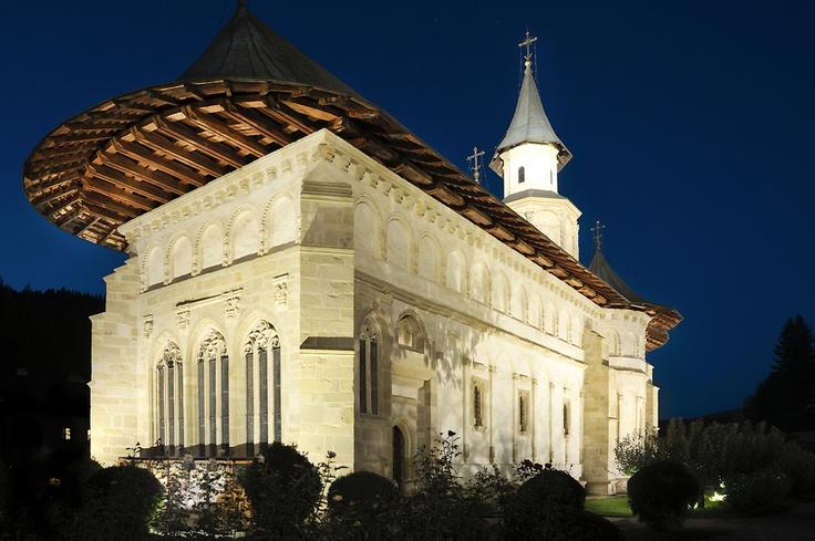 Mănăstirea Putna este una dintre cele mai cunoscute monumente din România.
