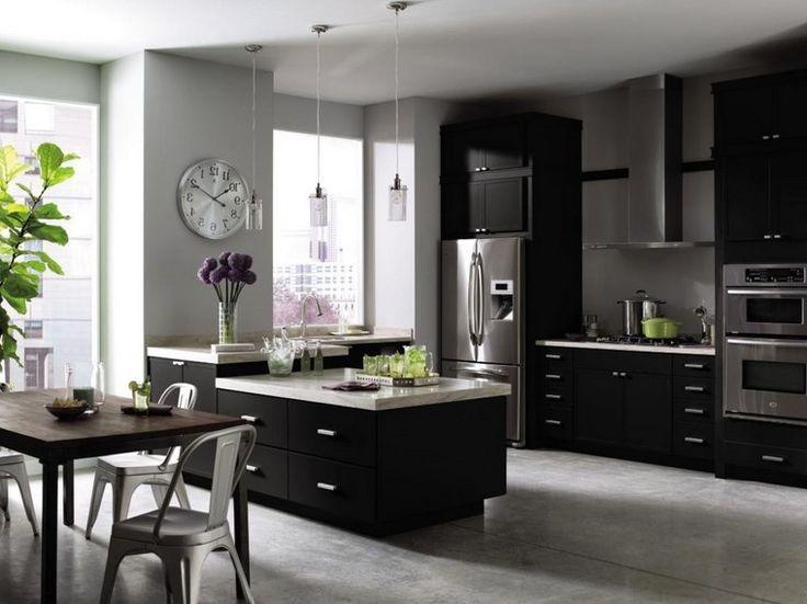 gabinetes negros de suelo a techo en la cocina