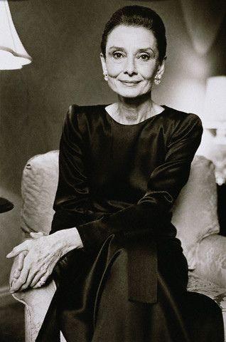 Audrey Hepburn Old | Porque a gente cansa de ver por aí fotos dela bem novinha e perfeita. E essa foto me tocou muito mais, e fez pensar um bocado, sobre o que somos realmente... O mundo nessa maluquice sem fim em busca da beleza e juventude de um corpo que habitamos temporariamente, e que morre. E que não é o que somos...