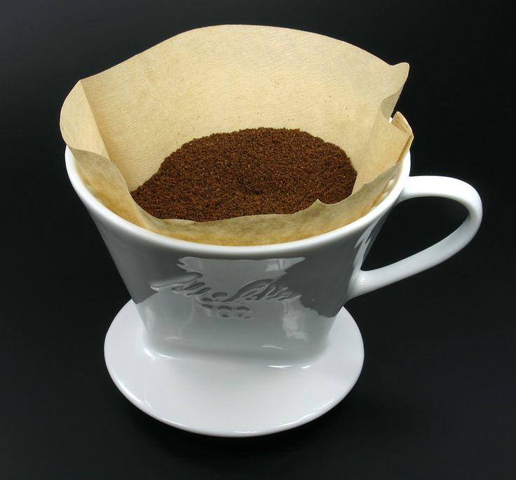 Haben damals alle so gemacht: Kochendes Wasser auf das Kaffeepulver, öfter Nachgießen und dann genießen. Machen heute immer noch viele Leute ... oder schon wieder.