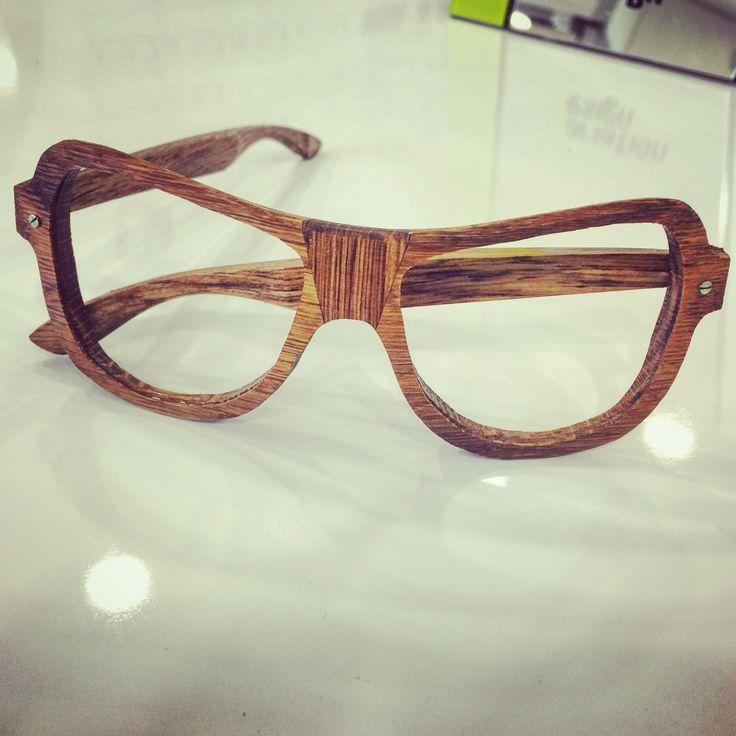 Issue d'un manga Saint-Martinois...  J'ai craqué!  Assemblages de chêne pour une lunette galbée aux formes étonnantes... #woodeyewear #artisanslunetiersdefrance #SaintMartinDeLondres #madeinfrance #lunettessurmesures #luxuryeyewear