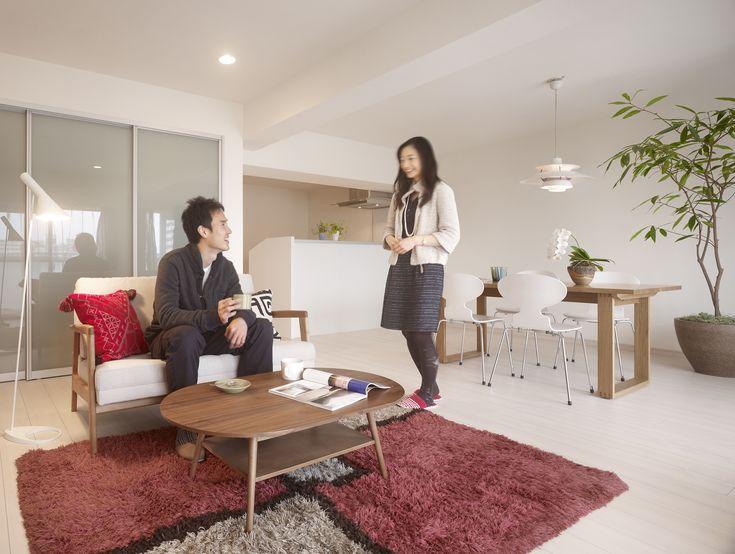 ご結婚を機にご主人がお住まいだったマンションを全面改装し新居としました。定額制フルリフォーム「マルム( Marm)」は構造体以外の全てを解体するスケルトンリフォーム。リビングにはご夫婦の衣類やかさばるモノをタップリと収納できるクローゼットを併設。若いご夫婦にピッタリの爽やかな空間に一新されました。