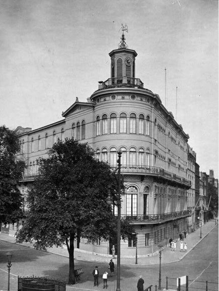 Het gebouw van het Museum voor Land- en Volkenkunde en het Maritiem Museum Prins Hendrik aan de Willemskade in 1929. Nu vind je hier het Wereldmuseum.