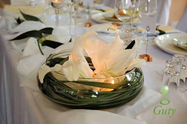 Sviečky v dekoračnom skle s ľaliami