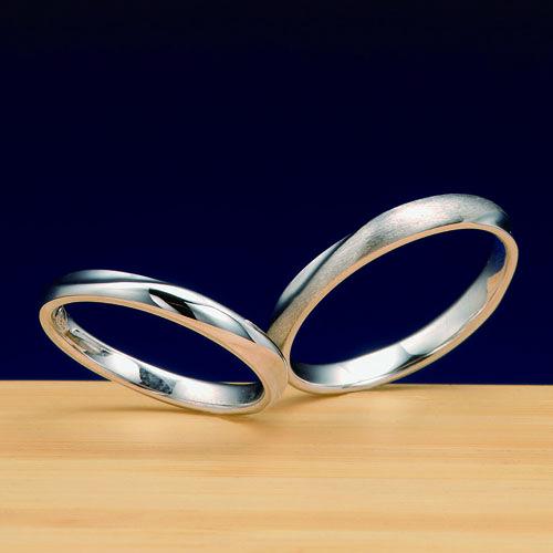 """結婚指輪 小春 -koharu-  """"二人静""""の花々が寄り添って咲いている様がデザインされた結婚指輪。花ではなく寄り添った様を表現しております。リングの両サイドに凹の部分があります。ダイヤモンドをアレンジすると華やかさを加えることが可能。男性には艶消しをお奨め"""