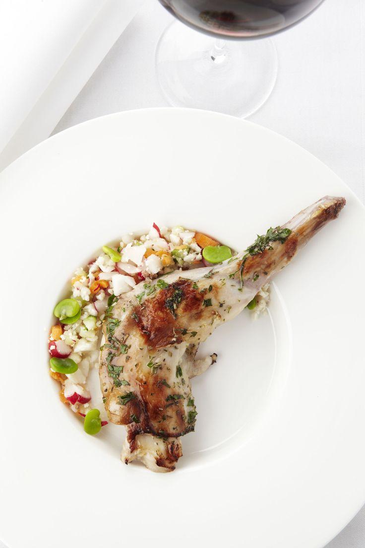 Een overheerlijke schouder van konijn op de barbecue, die maak je met dit recept. Smakelijk!