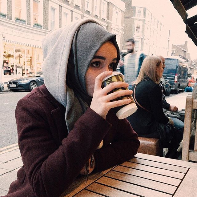 """Обычный вечер. Мы сидели в кафе, пили кофе. И рядом сидел бездомный на полу, подпирая стену дорогого ресторана в Челси. Мы начали общаться с ним, его доброта, искренность и скромность не имели границ.. Минут через 10 официант этого ресторана вынес ему еду и дал 10£ предложив сесть внутри. от последнего он отказался, сказав что он вполне может сидеть на том же месте ... но я никогда не забуду его реакцию. Он был настолько счастлив! Вскочил с пола и подбежал к нам с """"ВЫ ЗНАЕТЕ ЧТО?? ЖИЗНЬ…"""