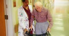 La escala de salarios para los gerontólogos. Los gerontólogos pueden trabajar en una variedad de profesiones de la salud que brindan atención a pacientes de mayor edad. Las enfermeras, científicos, asistentes de salud a domicilio y los trabajadores sociales se especializan en el campo de la gerontología y trabajan en hogares de ancianos, centros de ancianos y hospitales que atienden a las ...