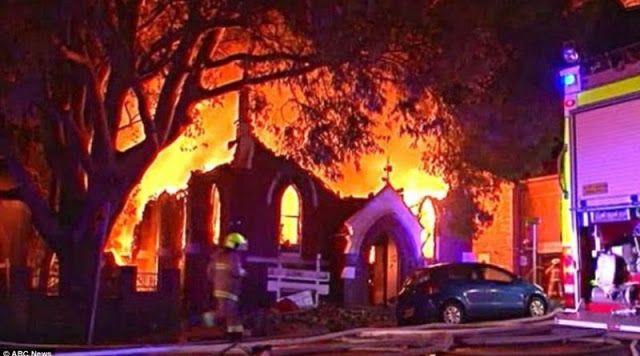 """A muszlimok már javában """"ünneplik a Karácsonyt""""! Felgyújtottak egy templomot! http://ahiramiszamit.blogspot.ro/2016/12/a-muszlimok-mar-javaban-unneplik.html"""