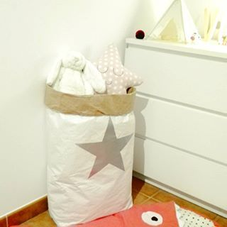 Buenas noches bonitos! Esta foto es de hace bastante cuando el saco de almacenaje seguía casi intacto 😊, nuestra mona 🙈 aún dormía en cuna y todavía no teníamos nuestros suelo nuevo bonitisimo ❤️ (podéis intuir por ahí el viejo feo 😂). Todo esto para deciros el partido que Le sacamos a este saco. Tenéis varios modelos en la tienda ➡️ www.tiendaletrasluces.com  🔸🔸🔸🔸🔸🔸🔸  #letrasluces #almacenaje #sacos #benizedbags #kraft #decoracion #kidsroom #nursery #habitacioninfantil…