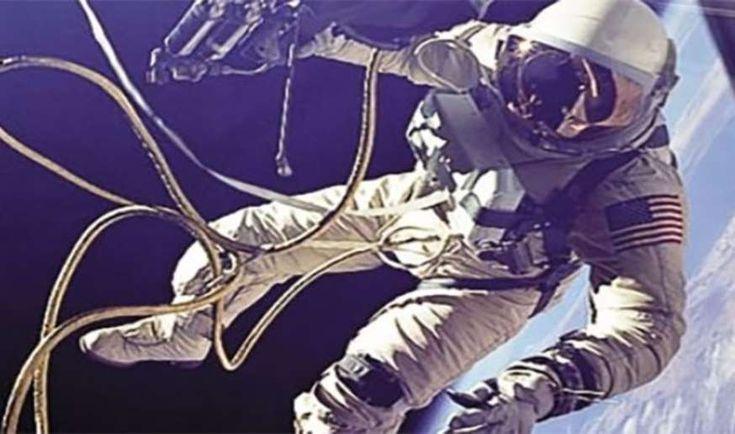 Ed White - Pertama kali berjalan di luar angkasa.  Foto-Foto Luar Biasa Yang Dapat Membantu Anda Mencapai Bintang-Bintang Di Luar Angkasa  Sejak didirikan pada tahun 1958, NASA telah berada di garis depan eksplorasi ruang angkasa, termasuk melalui ekspedisi bersejarah ke planet Bulan dan baru-baru ini, perjalanan tak berawak untuk ke planet Mars. Untuk mengingat saat-saat ikonik ini, temukan foto luar angkasa yang luar biasa, yang memungkinkan Anda mencapai bintang!