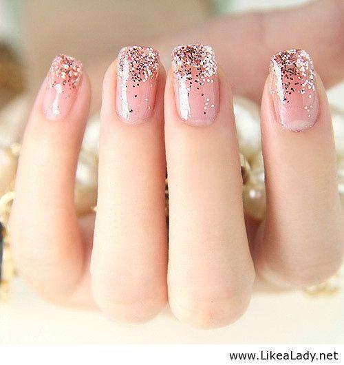 Uñas de color rosa, con puntas de brillantes, lo más!!