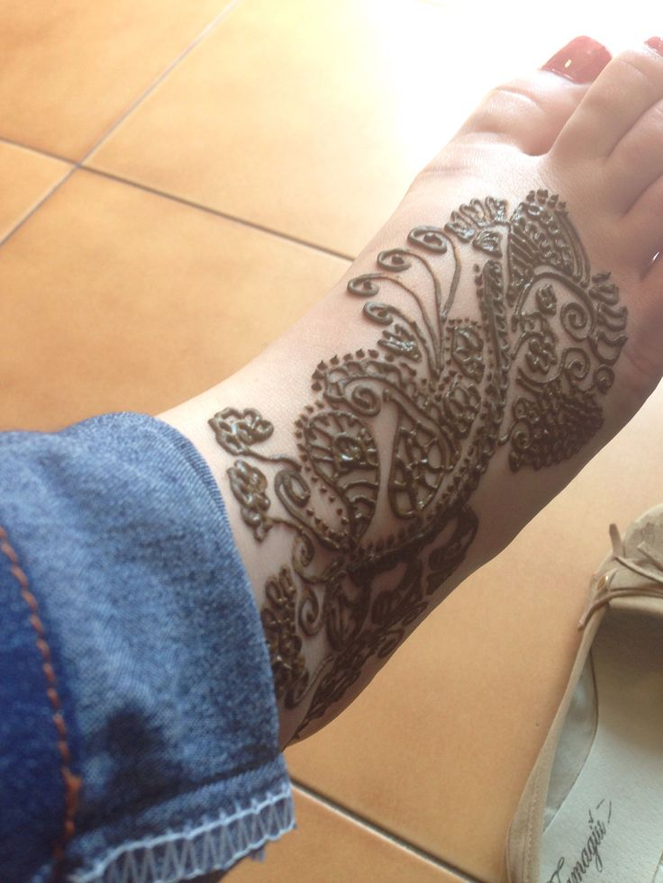 Mehndi, en pie- henna.  Tatuaje hecho el tienda. Prabhu Manos de India, Reñaca  Every girl should get one for summer time