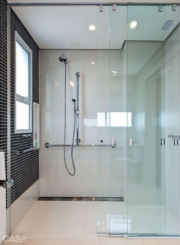 No banheiro, outro projeto de Marí Aní Oglouyan, o boxe tem porta-xampu e registros à altura de 80 cm, além de barras nas paredes perpendiculares