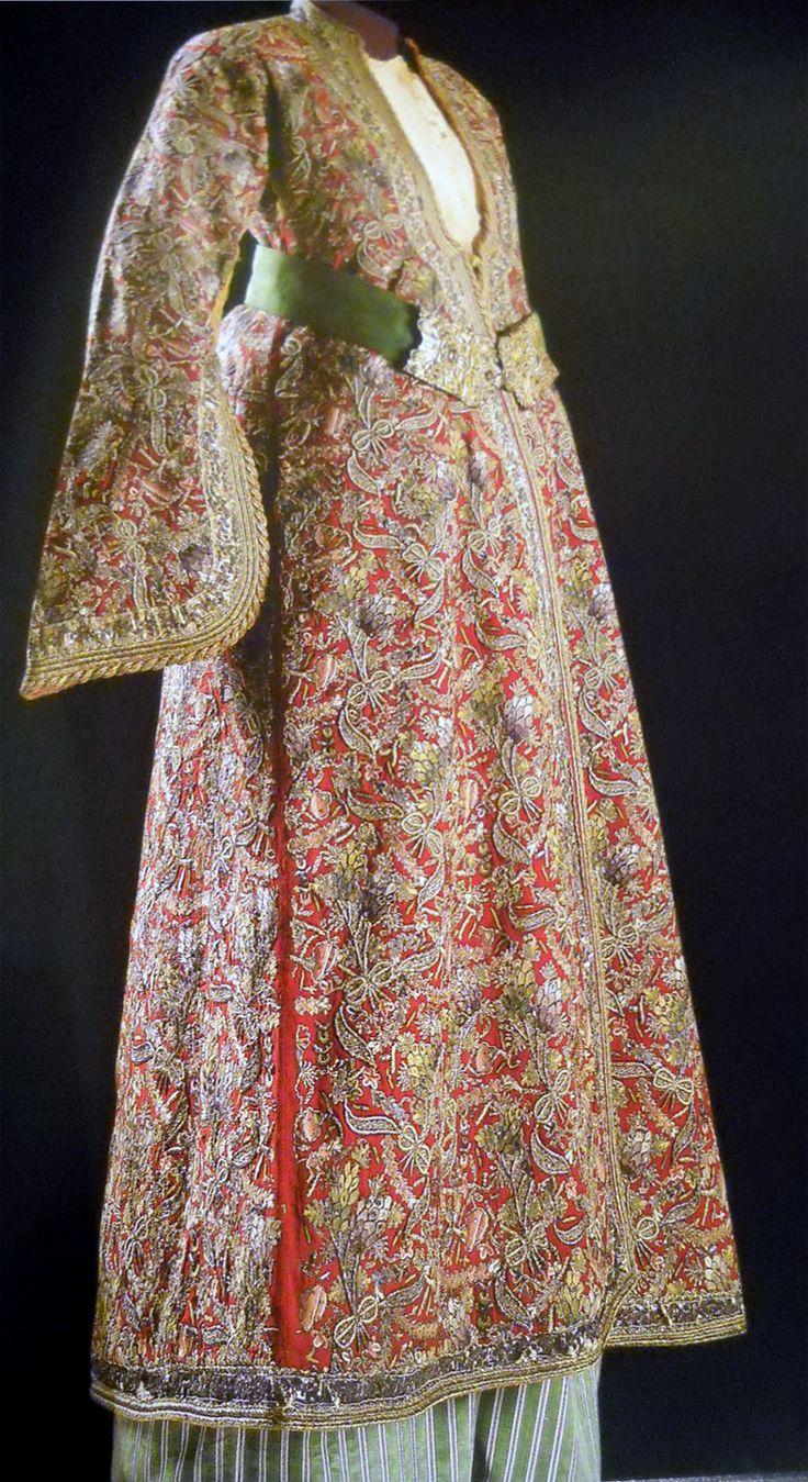Late-Ottoman kaftan, 19th century. The hand-embroidered fabric ('Tepebaşı') is characteristic of the town of Kütahya (West-Anatolia).