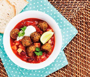 Alla som älskar vegetarisk chili räcker upp en  Servera den med falafel och yoghurt för en maxad måltid!
