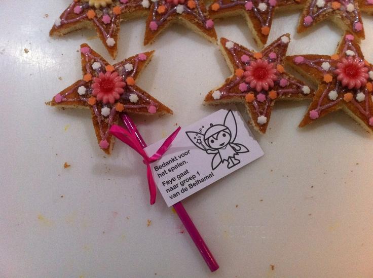 Je neemt: 1 eierkoek glazuurstiften cupcakeversiersels naar keuze 1 (kleur)potlood wat lint en een kaartje  Het sterretje kun je uitsteken met een koekjesvorm of een mal maken van papier of karton. Weinig tijd? Teken dan de ster op de eierkoek, versier alleen de binnenkant van de ster en laat de eierkoek heel.