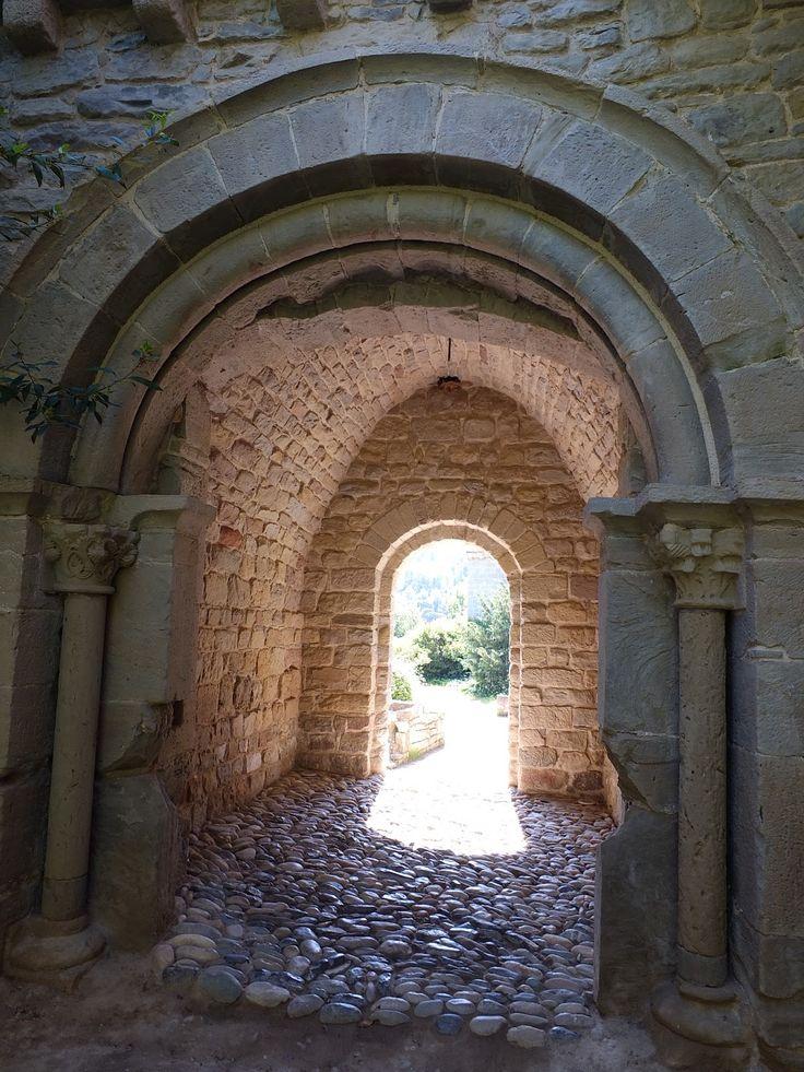 MONESTIR DE SANT BENET DE BAGES - Sant Fruitós de Bages  ESTIL: el monestir fou consagrat l'any 973 com a gran abadia  benedictina, sent gairebé tot el conjunt d'estil romànic.