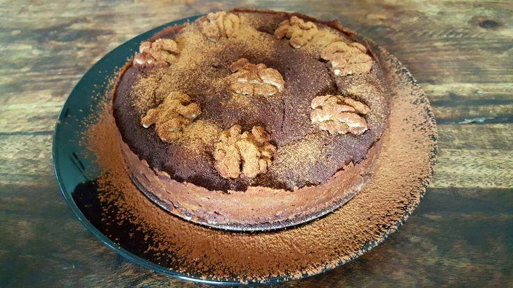 Oven voorverwarmen op 180 / Bakblik invetten..... - 3 eetlepels Pindakaas - 3 eetlepels Eiwit (niet opgeklopt) - 3 eetlepels Mon Chou - 1 theelepel bakpoeder  - 1 eetlepel Griekse Yoghurt Met de mixer goed vermengen. - 6 stukjes Pure Chocolade smelten iets af laten koelen en door het mengsel mixen. Een paar walnoten er op en HUP de oven in 20 minuten op hete lucht. Garneren met kaneel en cacaopoeder.
