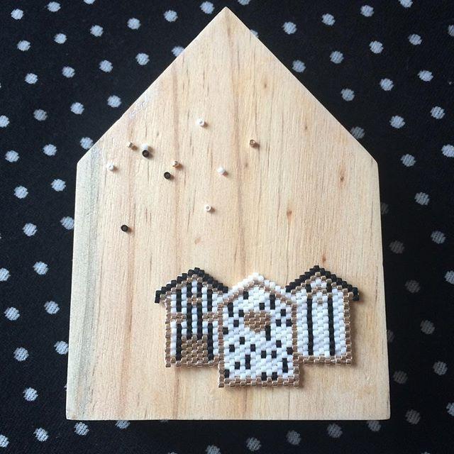 Mes ptites cabanes! Inspirées de celles de @monpetitbazar #jenfiledesperlesetjassume #perlesandco #miyuki #perlesaddict #tissage #broche #or #noir #blanc
