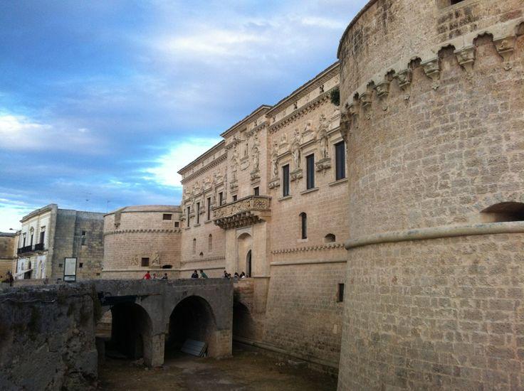 Location del rito civile: castello di Corigliano d'Otranto (LE) in Puglia. Entrata e terrazza all'aperto retrostante.