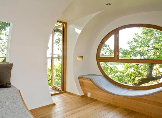 i love the window and the light coming in all of it. would love one of my room to look like this