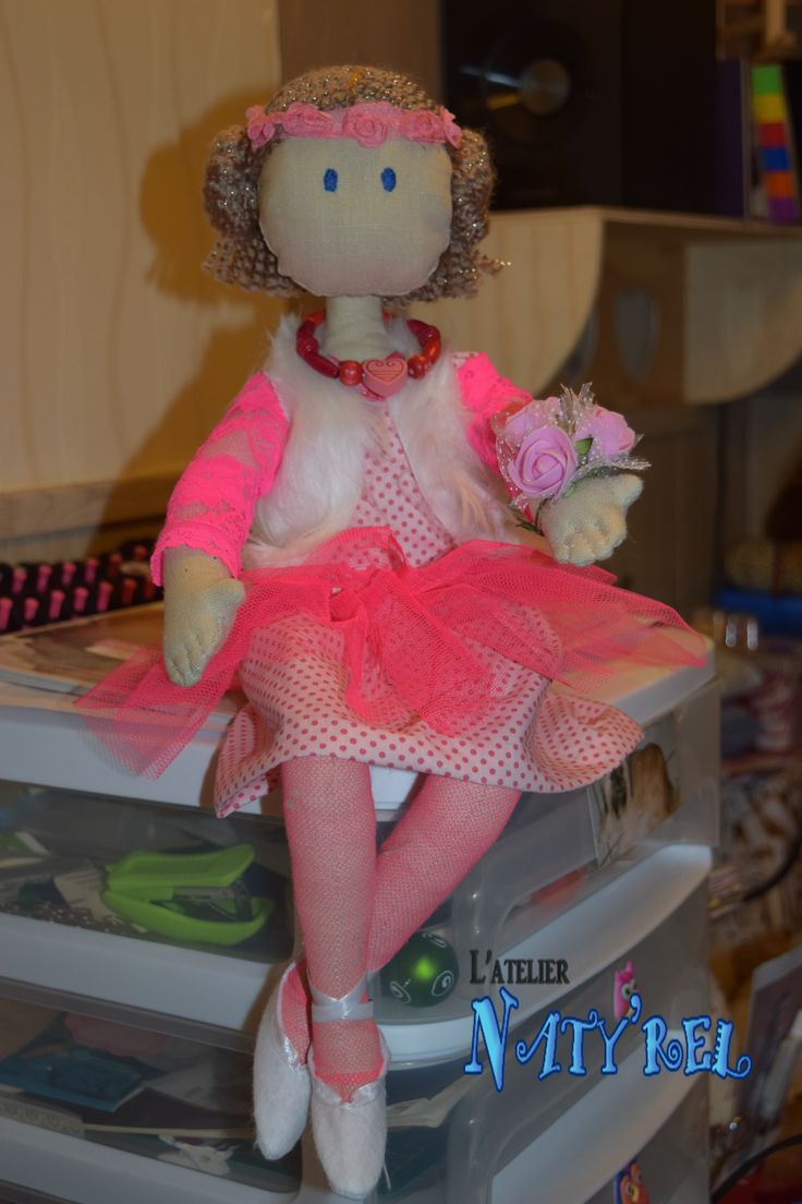 poupée vêtu de rose