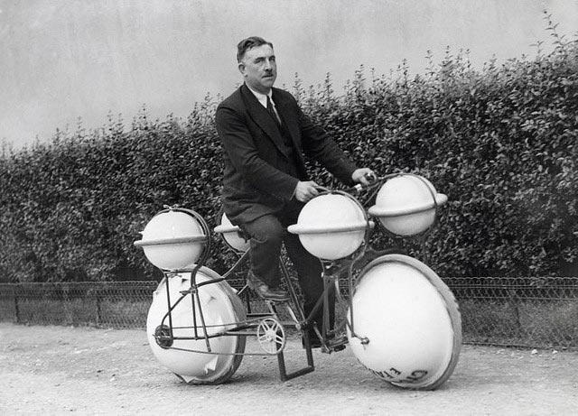 """Bici anfibia 'Cyclomer' (Parigi, 1932). """"Cyclomer"""", un prototipo di bicicletta in grado di muoversi sia su terra che sull'acqua, in grado di viaggiare sopportando un peso fino a 120 libbre (55 kg)."""
