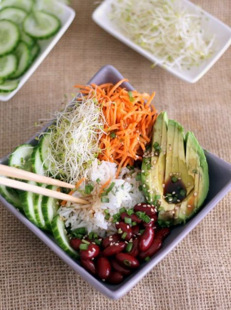 Buddha bowl -      1 petite carotte     1/2 avocat     1/4 de concombre     3 c. à soupe de riz jasmin cuit et tiède     2 c. à soupe de haricots rouges cuits     1 poignée de graines germées (ici alfalfa)     1 c. à café de purée d'amandes     1 c. à soupe d'huile au choix     1 c. à soupe de Tamari     1/2 citron     2 tiges de ciboule     1 pincée de graines de sésame