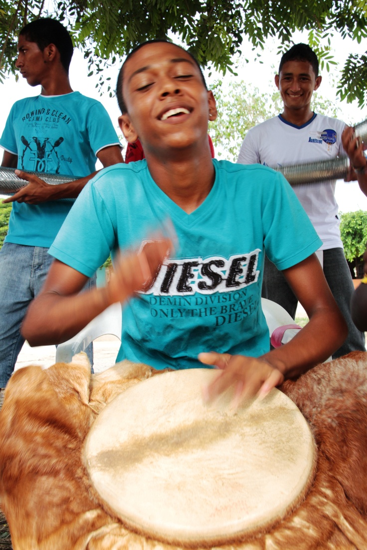 Tocando el tambor disfruta.  Crédito: Sandra Preciado