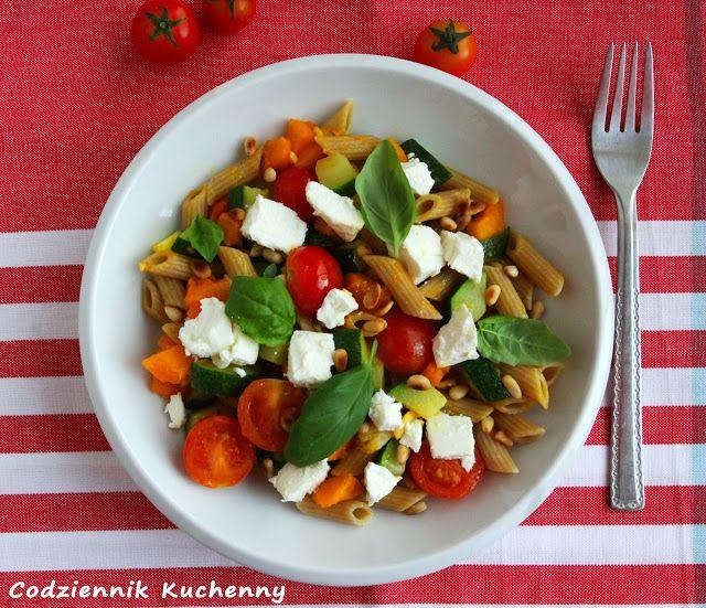 Makaron z dynią, pomidorkami, cukinią i fetą