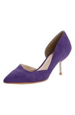 Pekná obuv špicatého tvaru s nízkym podpätkom s kovovým leskom.