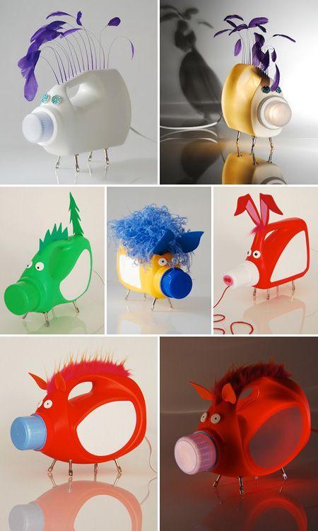 Lamparas recicladas. Si estabas buscando por una lámpara original a bajo costo has llegado al sitio adecuado. El día de hoy te presentamos esta fabulosa idea para aprovechar tus envases plásticos de limpieza, búscale la mejor forma que te parezca, en este caso se hicieron unos puerquitos. http://wp.me/p1ytFq-F9