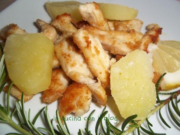 Nella mia cucina non manca mai il pollo, infatti è la carne che uso più spesso, oggi per esempio in padella con il rosmarino appena raccolto nel mio giardino. Questo sarà un piatto unico. Accompagnate gli straccetti di pollo croccanti fuori e morbidi dentro con un'insalata verde.