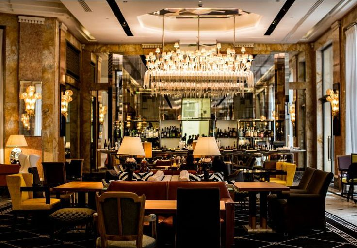 In a permanent interplay of contrasts between Art Deco and contemporary style, the #bar Les Heures offers timeless elegance at any hour. #PrincedeGalles #Paris