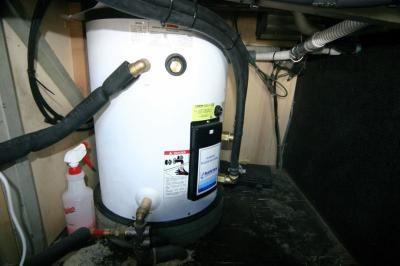 Les deux sources d'energie pour avoir de l'eau chaude (environ 80°) le chauffe eau type marine de 75 litres avec resistance de 1250 watts . Un serpentin en inox l'eau chauffe en roulant