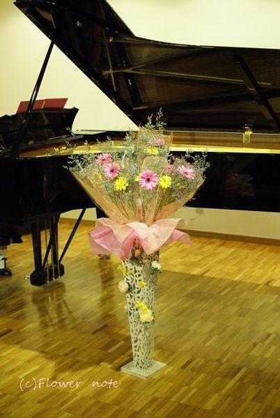 【今日の贈花】ピアノ教室の発表会は花束スタンドで♪|Flower note の 花日記 (横浜・上大岡 アレンジメント教室)