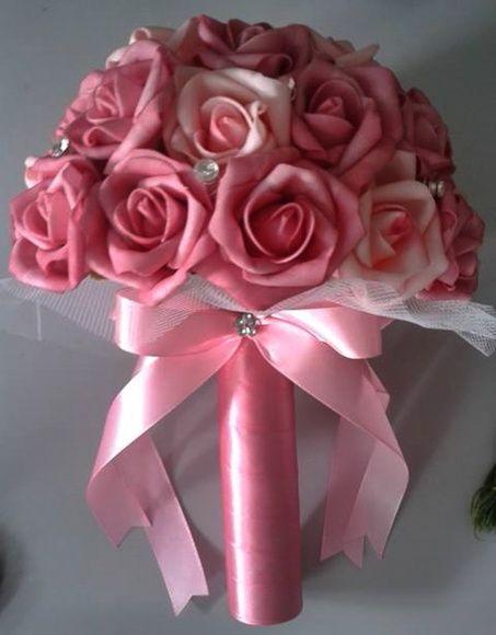 CONSULTAR PROMOÇÃO PARA PAGAMENTO DEPÓSITO BANCARIO    Lindo Bouquet produzido com rosas super delicadas de e.v.a. em tom de rosa pink, pétalas fininhas como uma pétala de rosa natural, aparência e textura super próximas às rosas naturais!    Detalhes do Bouquet:  *Aproximadamente 30 rosas  * aproximadamente 12 strass  * Folhagens na base do buquê  * Tule na base do buquê  * Fitas de cetim envolvendo a haste  * Laço de cetim com um lindo brochinho.    Os bouquets são personalizados conforme…