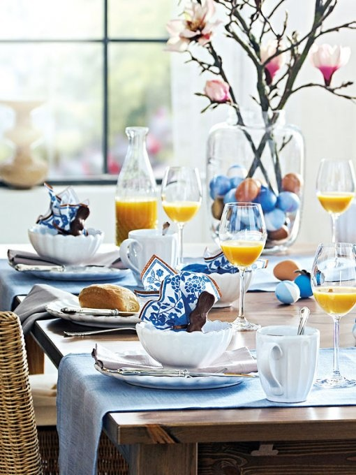 Using the table runners as part of the place setting...great idea...old Williams-Sonoma trick...