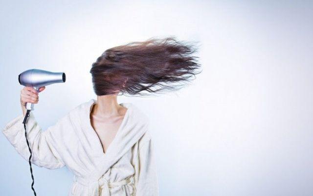 Ecco 7 Consigli per Rafforzare e Prevenire la Perdita dei Capelli La cura dei capelli è sempre stato un tema rilevante quando si parla di prendersi cura di sè e del p perdita dei capelli salute